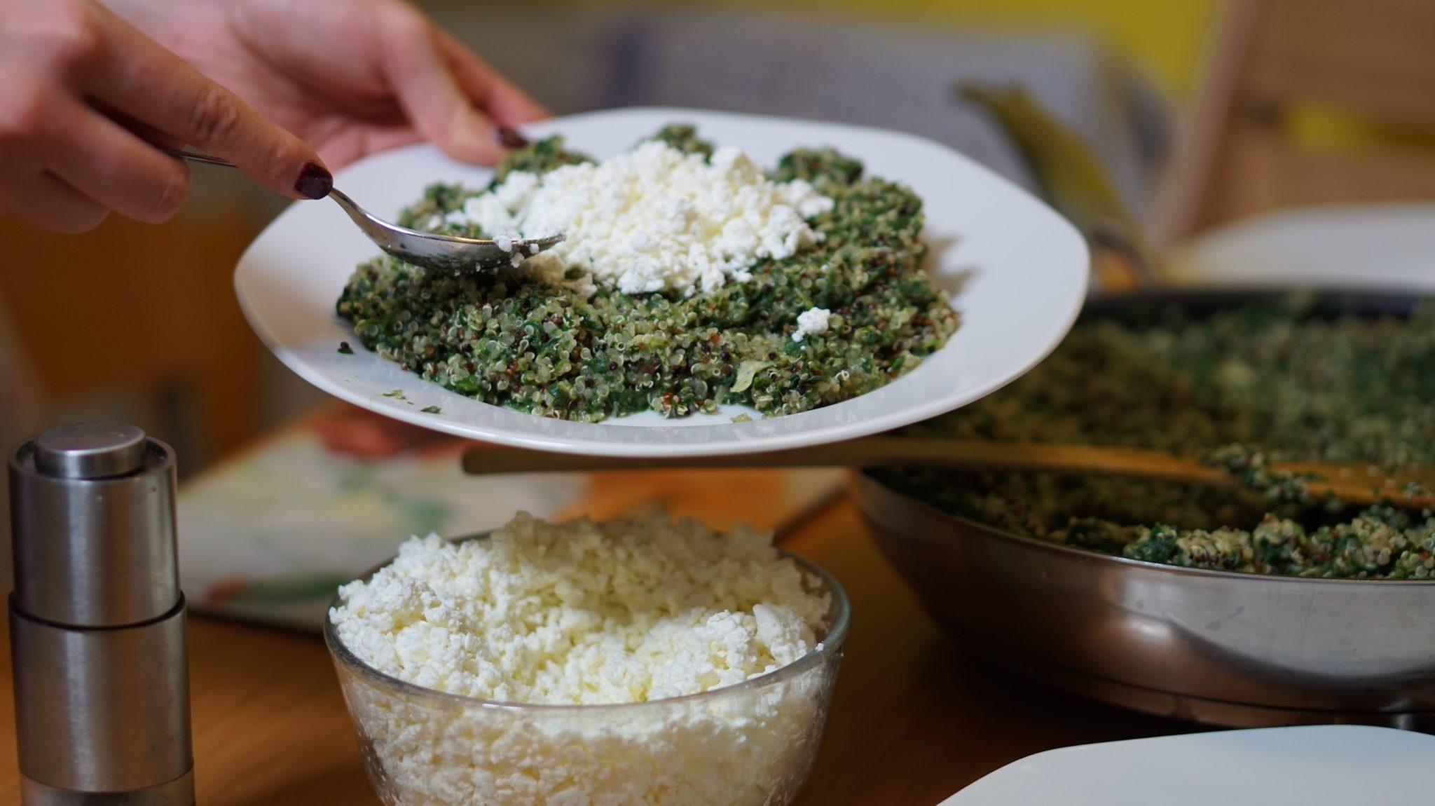 Quinoa s tvarohem a špenátem – rychlý recept na vypnutí hladu
